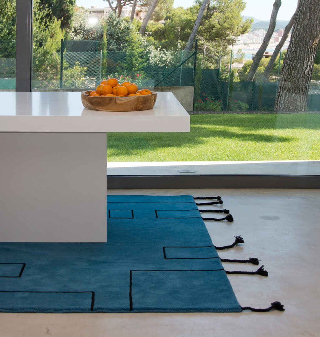 tapis scandinave avec franges bleu p trole nordic lines lorena canals. Black Bedroom Furniture Sets. Home Design Ideas