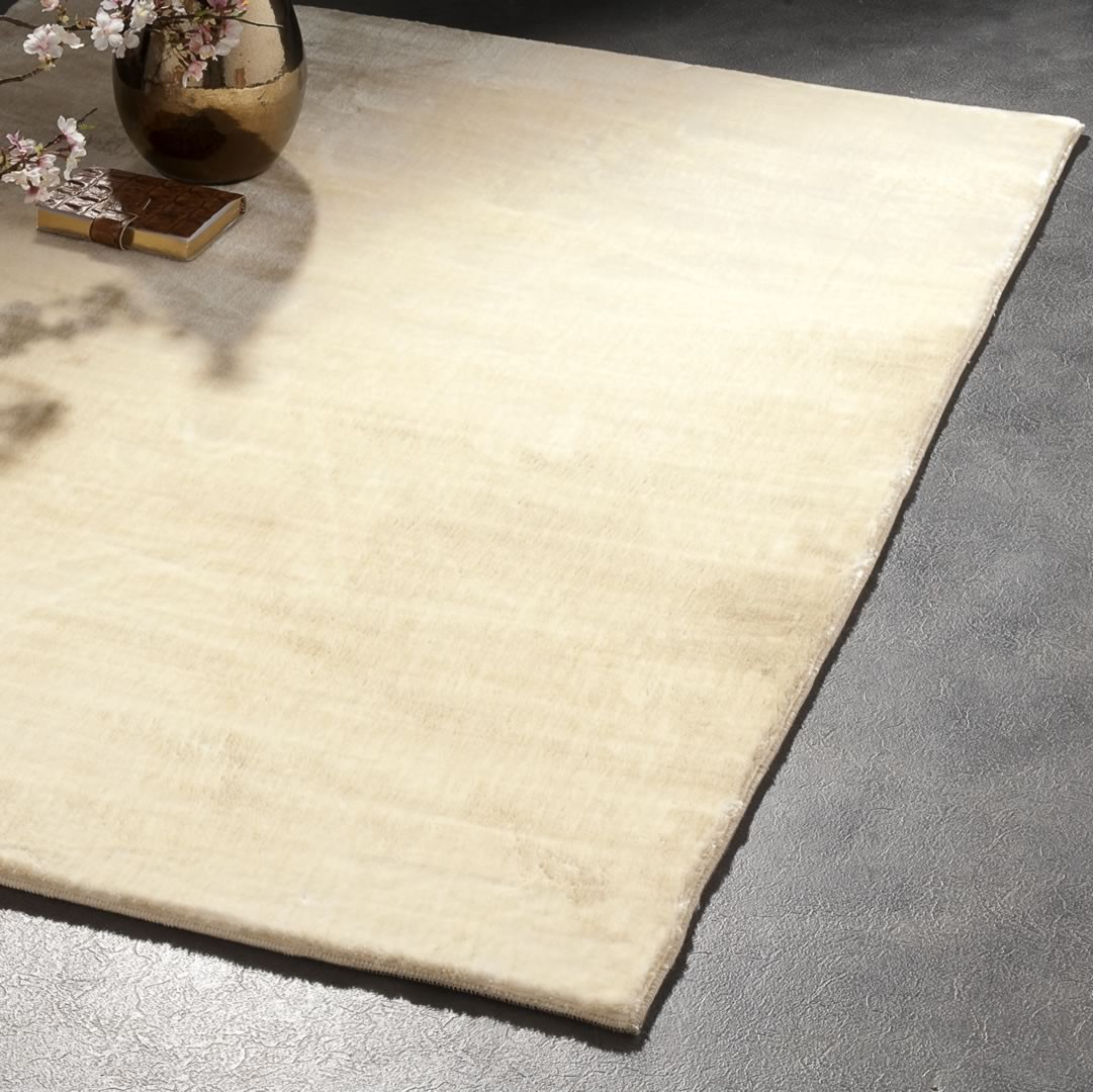 Tapis brillant shaggy uni cr me aspen - Tapis shaggy brillant ...