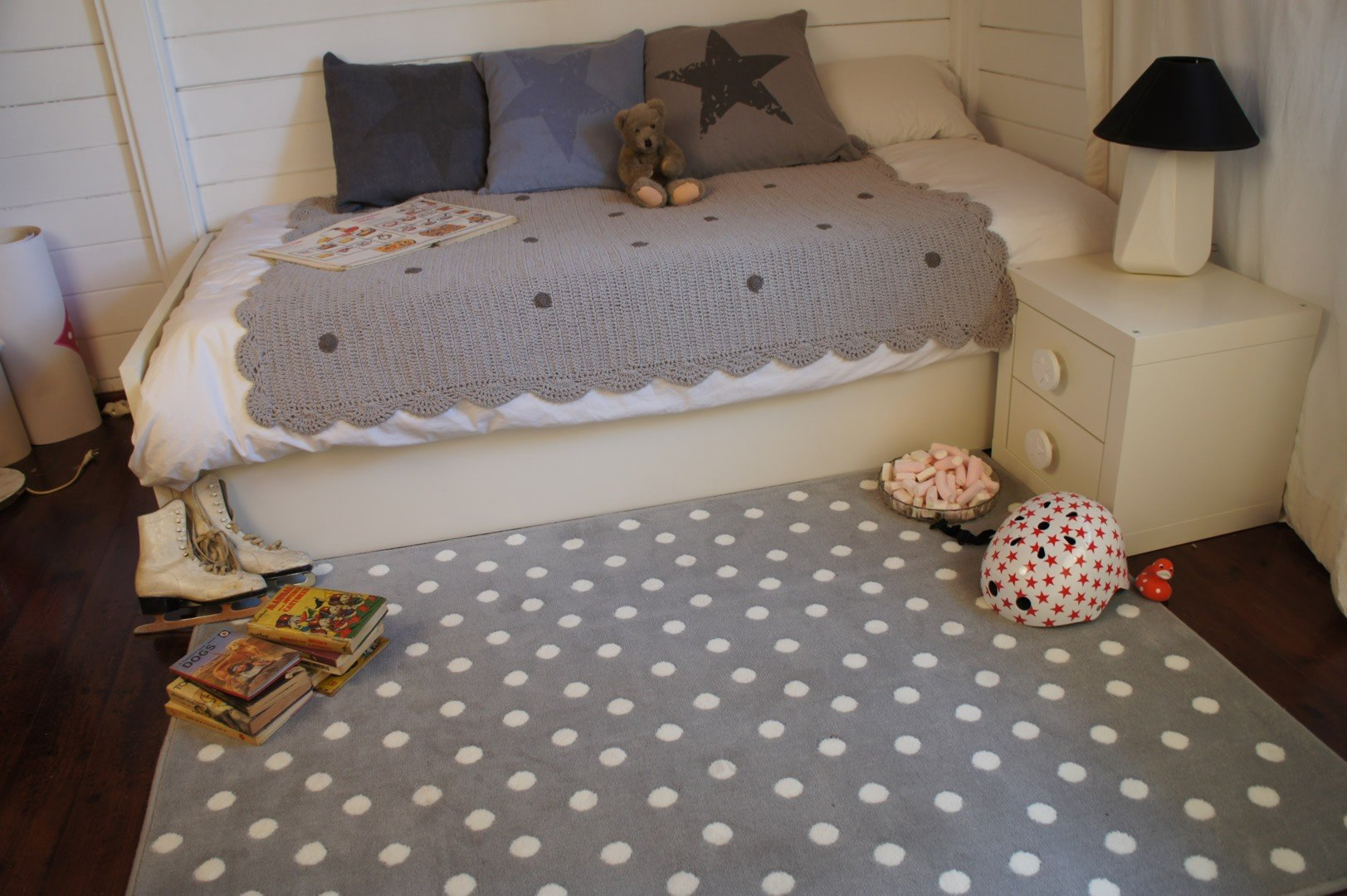 tapis gris pour chambre d 39 enfant dots lorena canals. Black Bedroom Furniture Sets. Home Design Ideas